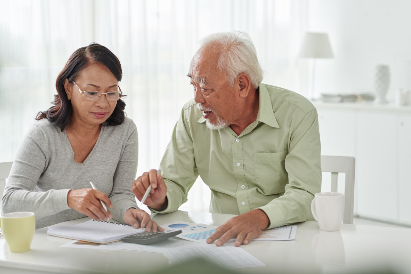 https://tickertapecdn.tdameritrade.com/assets/images/pages/md/Seniors filling out tax forms