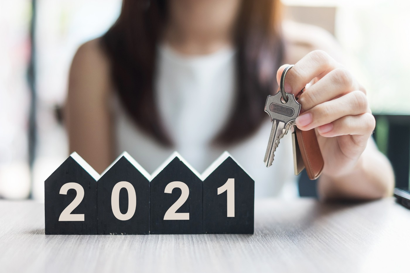 https://tickertapecdn.tdameritrade.com/assets/images/pages/md/Woman holding a house key next to a 2021 sign: Short-term investing for big expenses