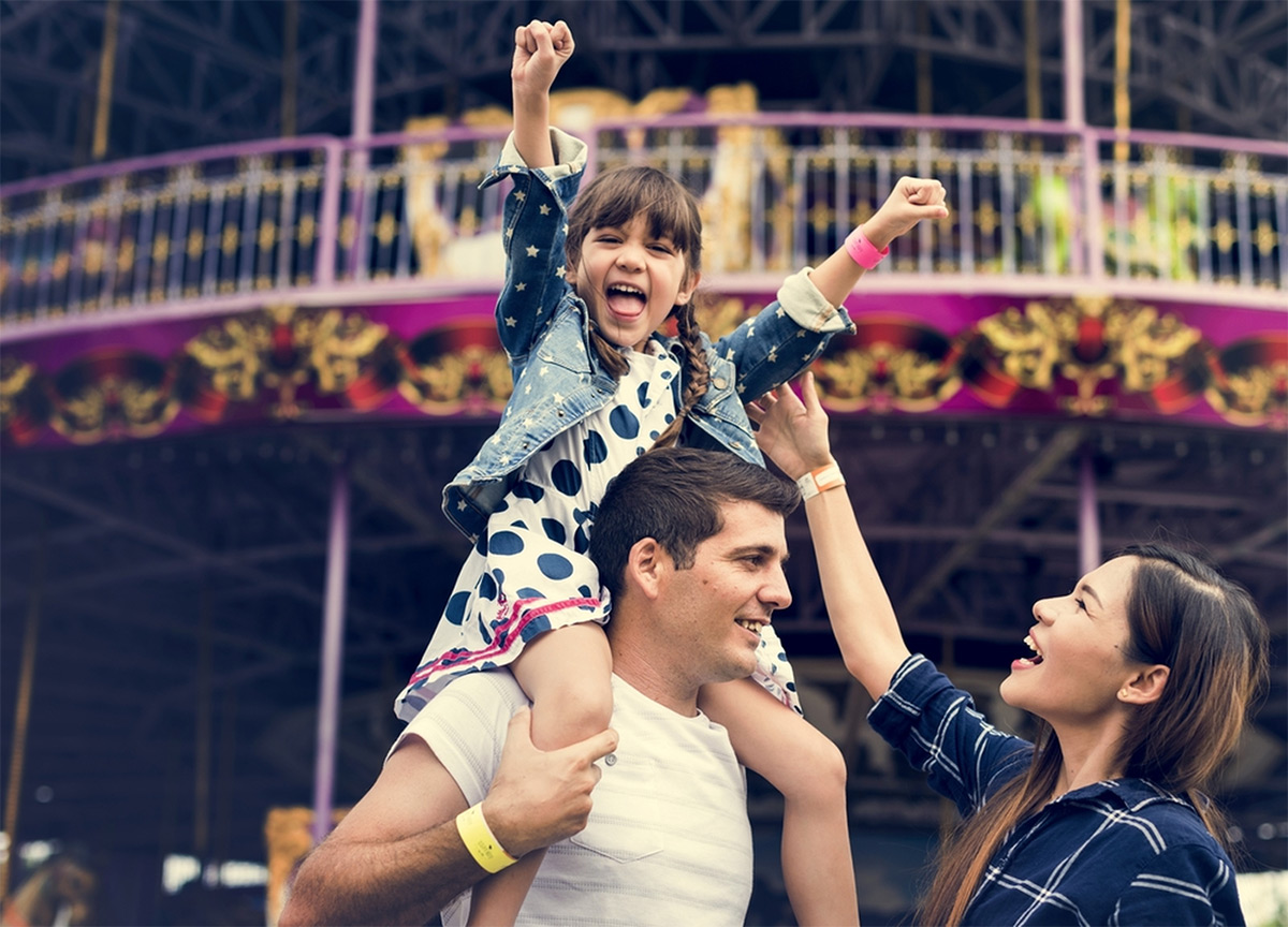 https://tickertapecdn.tdameritrade.com/assets/images/pages/md/Family at an amusement park