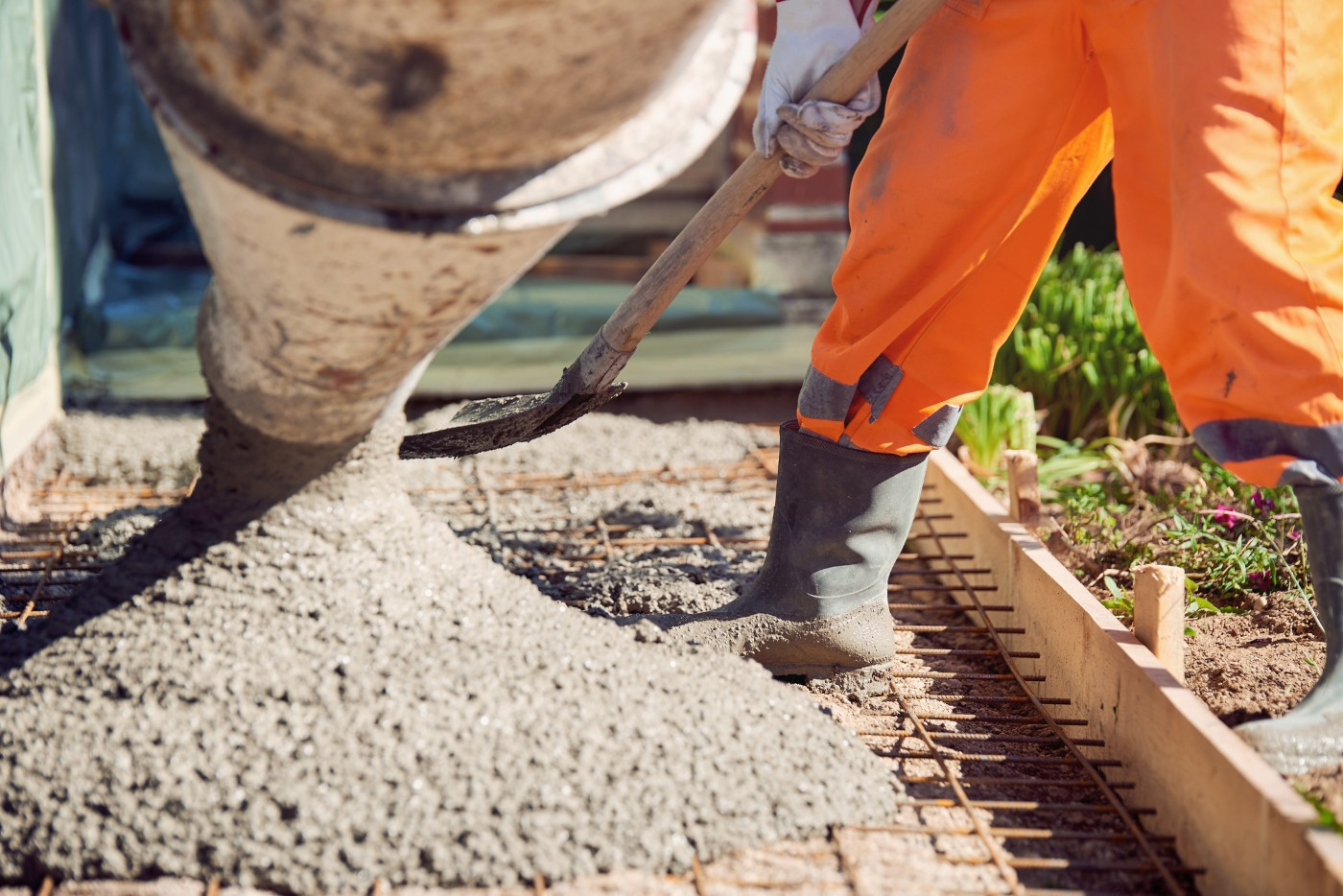 https://tickertapecdn.tdameritrade.com/assets/images/pages/md/Person pouring concrete: Home builders earnings