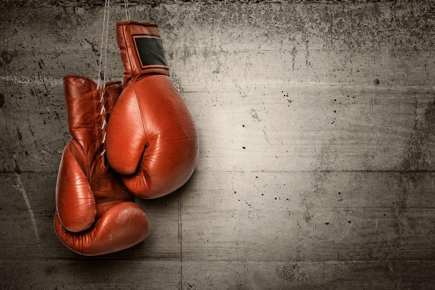 https://tickertapecdn.tdameritrade.com/assets/images/pages/md/Boxing gloves: index funds vs. mutual funds; active management vs. passive management for investors