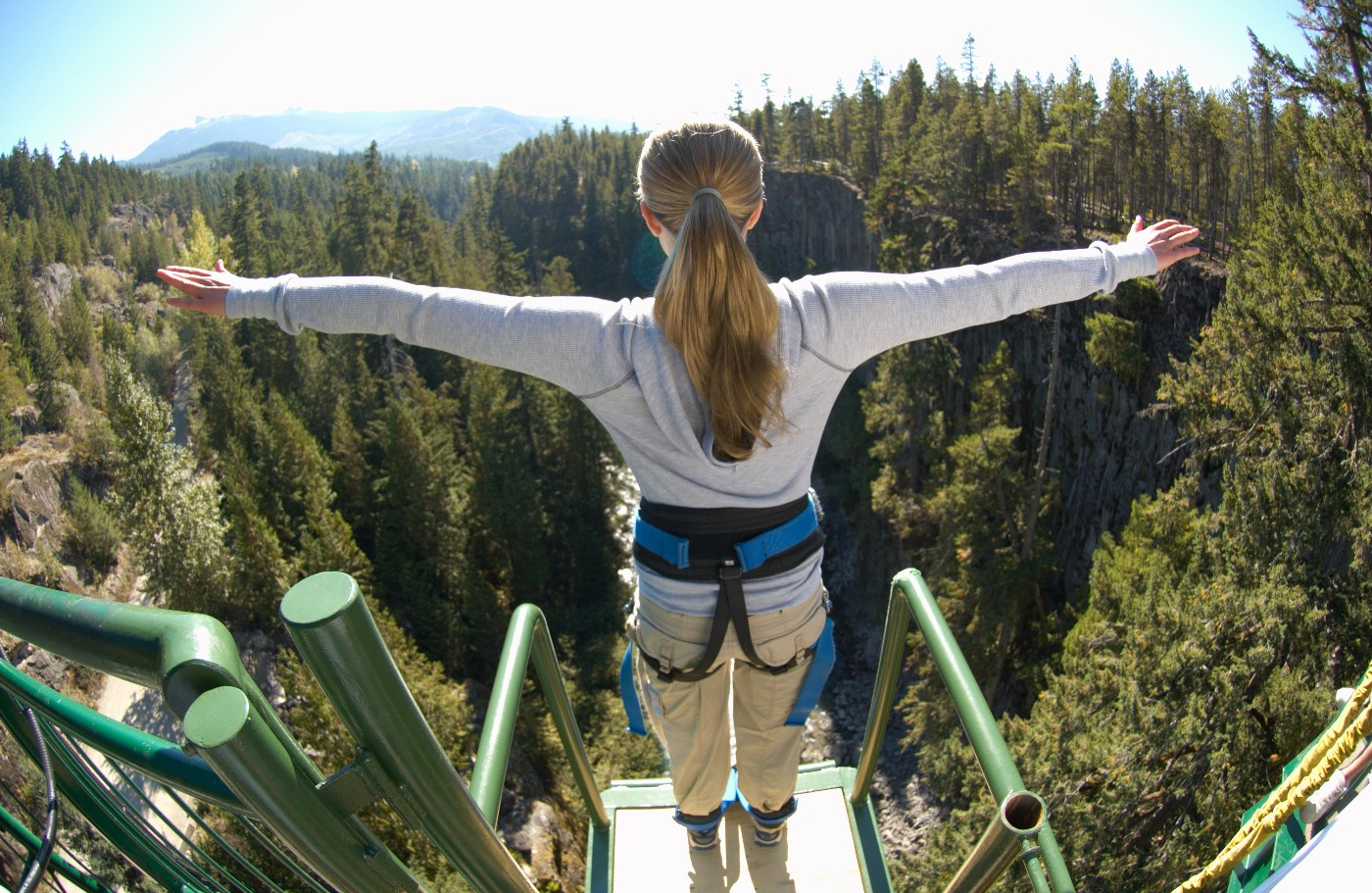 https://tickertapecdn.tdameritrade.com/assets/images/pages/md/woman on edge of bungee platform: top-down approach to trading ideas