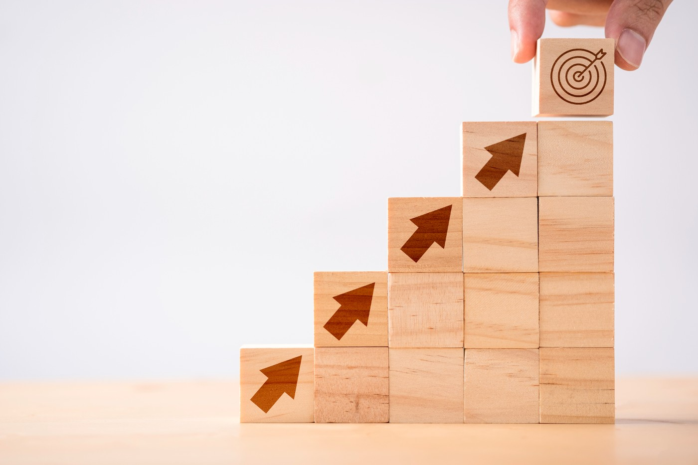 https://tickertapecdn.tdameritrade.com/assets/images/pages/md/Wooden blocks with arrows pointing toward a target: Follow the yield curve for insight on interest rate expectations and inflation