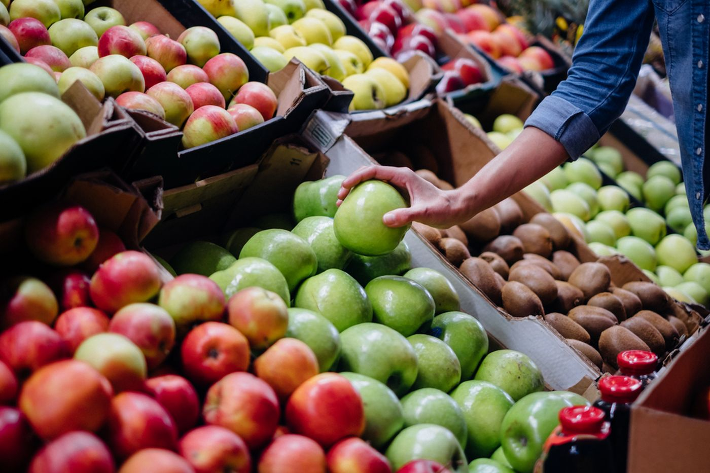 https://tickertapecdn.tdameritrade.com/assets/images/pages/md/Shopping for fruit in grocery store